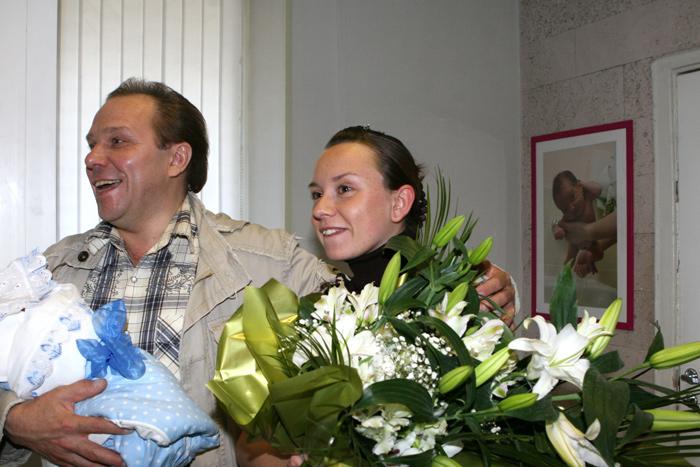 Владимир девятов с женой и сыном в роддоме