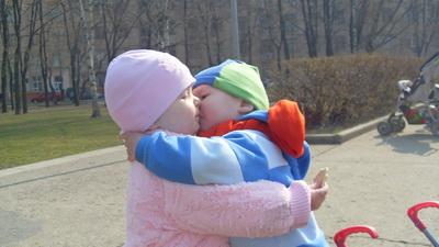 Смешные фото детей: любовь