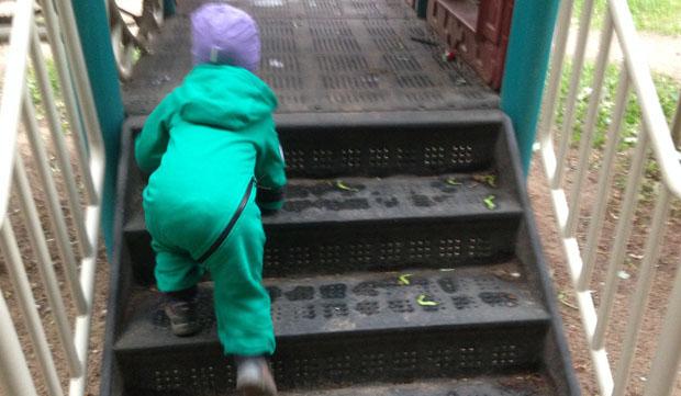 должен ли воспитатель одевать ребенка в детском саду
