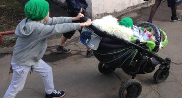 несовершеннолетний забирает ребенка из детского сада