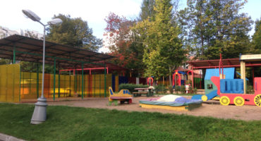детская площадка в детском саду