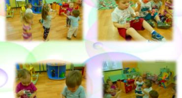 дети в детском саду ловят пузыри