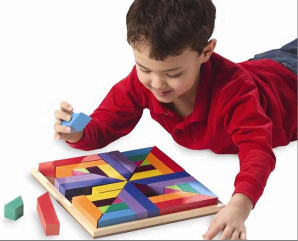 Мальчик собирает головоломку