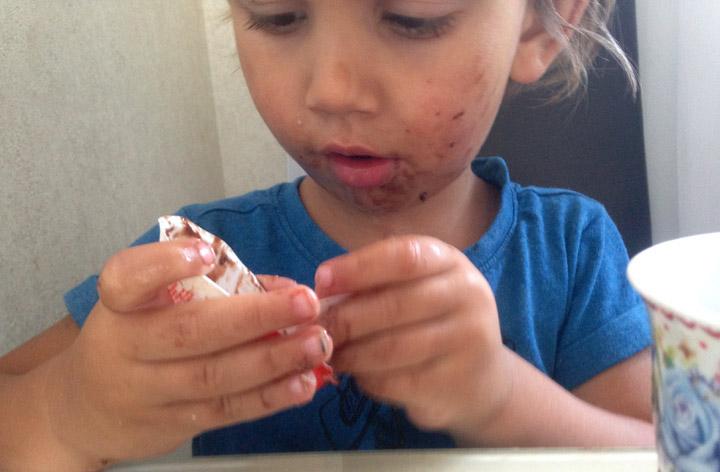грязный ребенок в детском саду