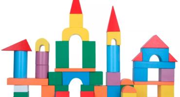 Развивающие игрушки: почему деревянные конструкторы лучше пластиковых?